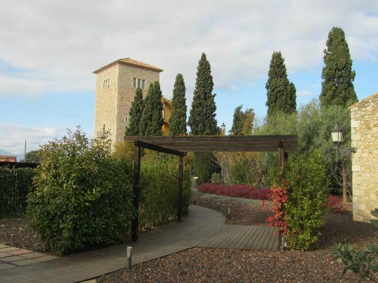 Avinyonet de Puigventos, İspanya: Jardines y torre del hotel