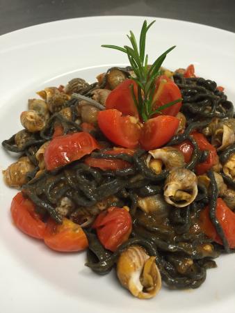 Pizzeria Ristorante La Rosa Blu: Spaghetto alla chitarra con nero di seppia e lumachini di mare