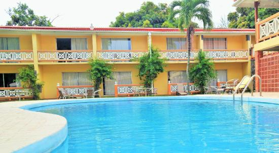 Sunset Shores Beach Hotel: OceanView rooms - face pool court yard and beach
