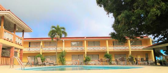 Sunset Shores Beach Hotel: Ocean View rooms and pool court yard.