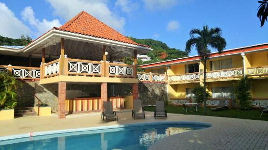 Sunset Shores Beach Hotel: Upper terrace overlooking the pool and beach.