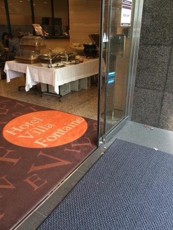 Hotel Villa Fontaine Nihombashi Hakozaki: 玄関と朝食