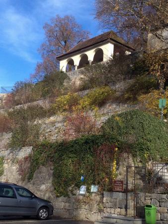 Scharding, Αυστρία: Eine Stiege führt vom Inn hinauf zum Schlosspark