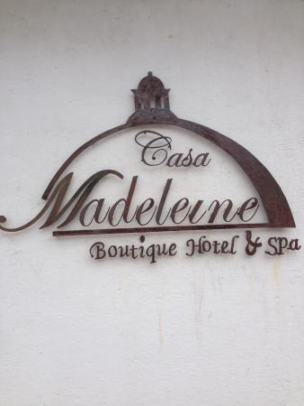 Casa Madeleine: rótulo en calle