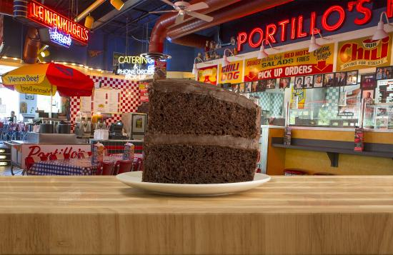 Sycamore, Ιλινόις: Portillo's Famous Chocolate Cake