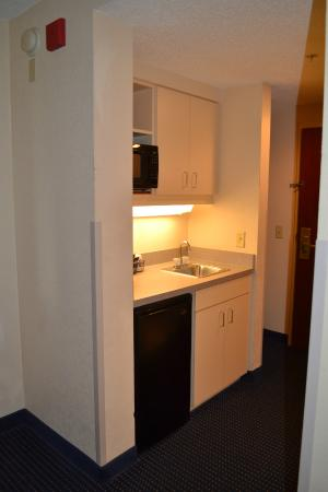 Comfort Inn University: Wet Bar in all Rooms