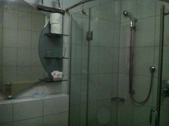 Meteora: Das Bad war relativ neu. Leider war die Dusche undicht. Ständiger Wechsel von heiß und kalt.