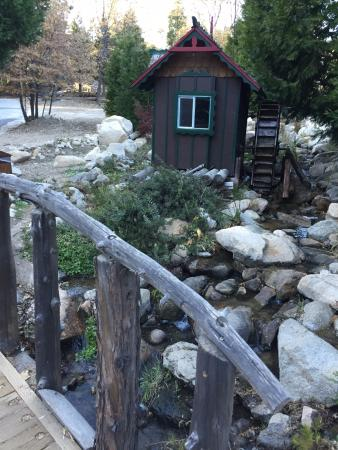 Twin Peaks, CA: Bubbly creek by a charming water wheel