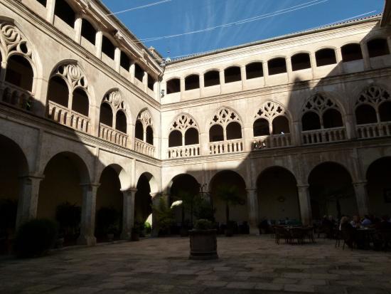 Hospederia Real Monasterio: le cloitre avec les chambres au dessus...