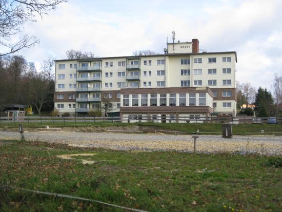 Hotel- und Ferienwohnanlage Friedrich : Das Hotel vom Parkplatz aus gesehen