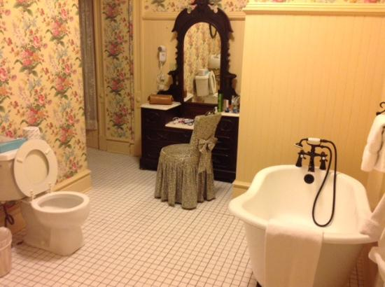 Batcheller Mansion Inn: Jaw dropping bathroom.