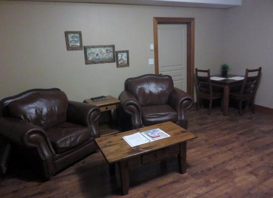 Beach Break Lodge: main living area (Mavericks)