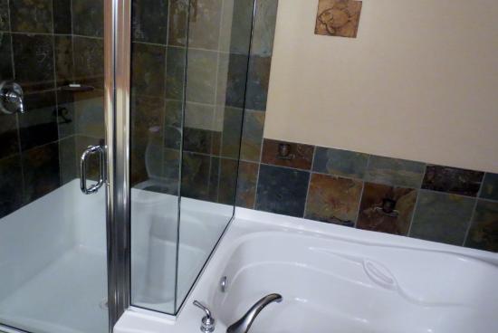 Beach Break Lodge: tub and shower (Mavericks)