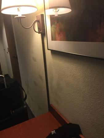 Hampton Inn Phoenix/Scottsdale at Shea Blvd : Someone can't match paint