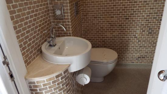 Riviera Apartments: Wet room