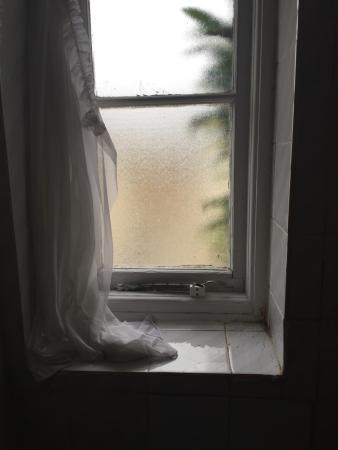 Chatsworth Hotel: bathroom window