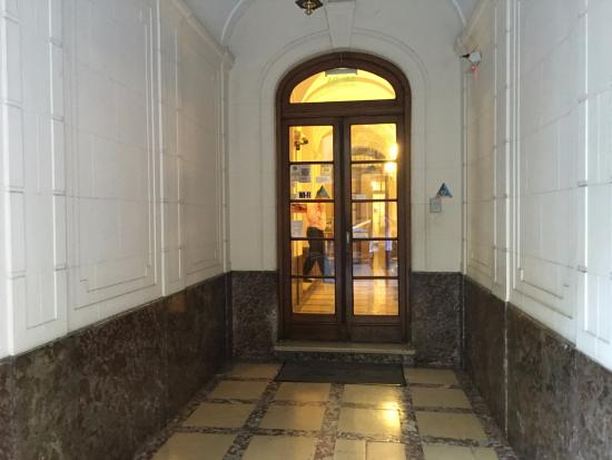 Hotel Lion d'Or: Front door access from the street