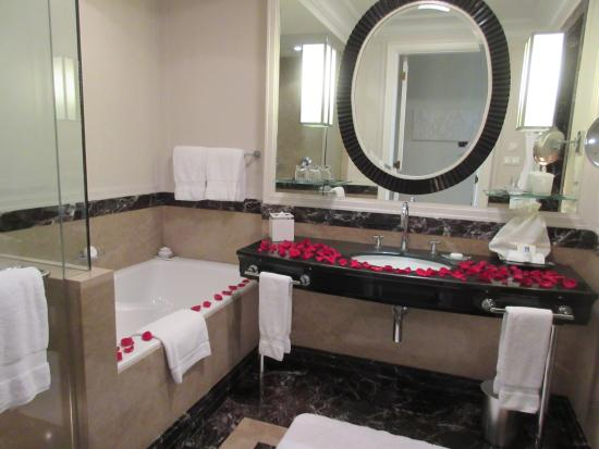 Four Seasons Hotel Gresham Palace: romantic bathroom decoration