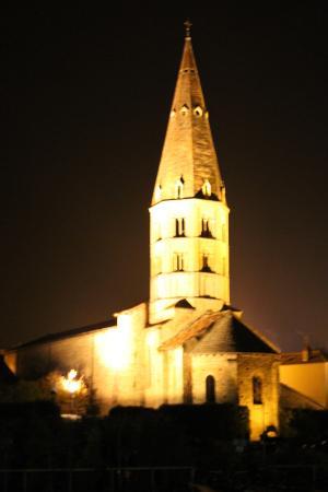 Hôtel Saint Odilon : Kirche am Weg