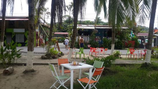 Hotel Maritza: Area verde frente al Hotel