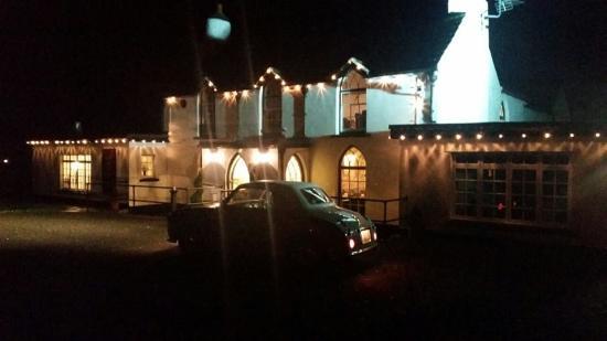 Jameston, UK: Tudor Lodge at night