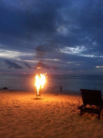 Wilson's Beach Bar - Castaway Resort Rarotonga : fire on the beach