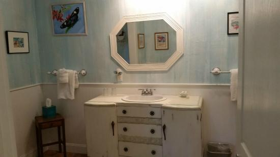 Anchor Inn: Extra large Bathroom W/ jetted tub