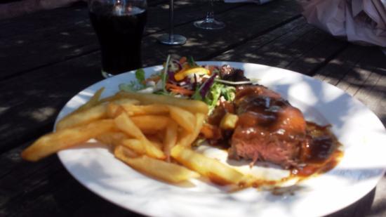 Tea Gardens Hotel Motel: steak salad and chips