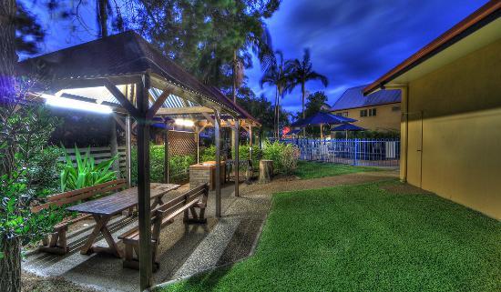 Rainbow Getaway Holiday Apartments: Garden BBQ areas