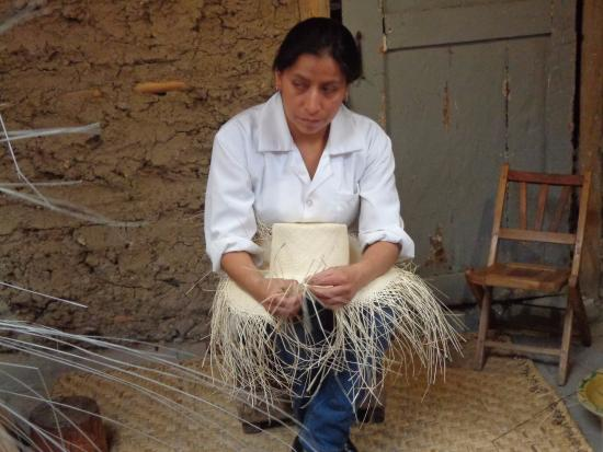 Homero Ortega  artesana fabricando sombrero f2e14dd8b65