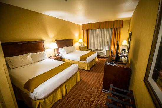 Holiday Inn Express Hotel & Suites Corona: Standard two bed room
