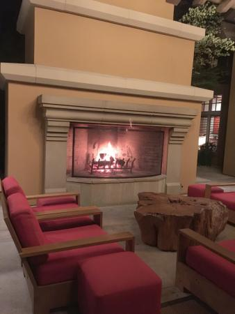 San Martin, Kalifornia: Outdoor fireplace and seating at the entrace of the resort