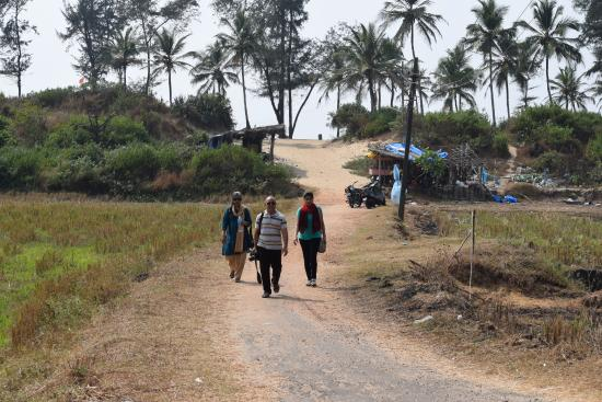 Velsao, Ấn Độ: Walk to the beach