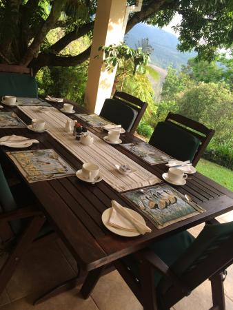 Porcupine Ridge Guest House: Breakfast Table