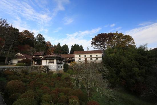 Nishie Residence: 急な坂道を上った先に聳える邸宅