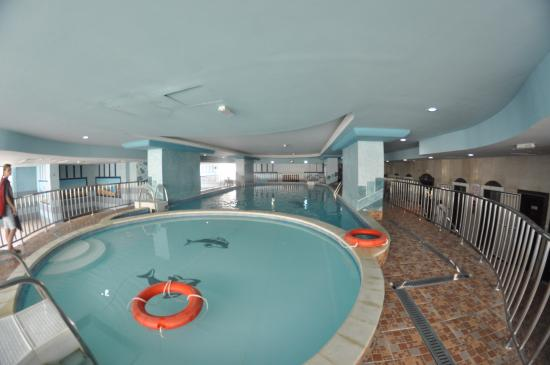 Al Bustan Tower Hotel Suites : Крытый бассейн