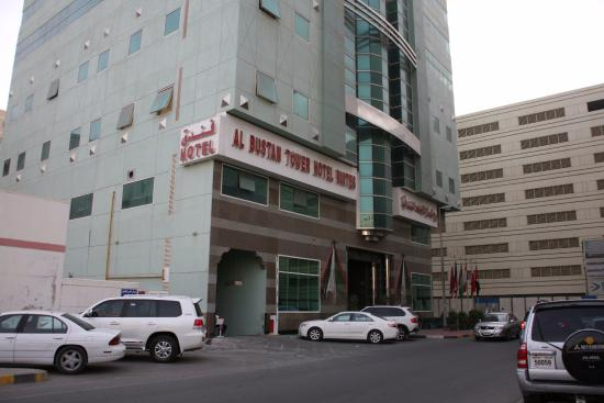 Al Bustan Tower Hotel Suites : Вход в отель