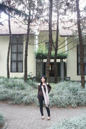 Puri Setiabudhi Residence: di depan villa