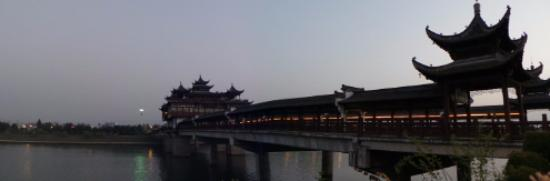 Huangshan, Çin: The new bridge with covered walkways and pavilion