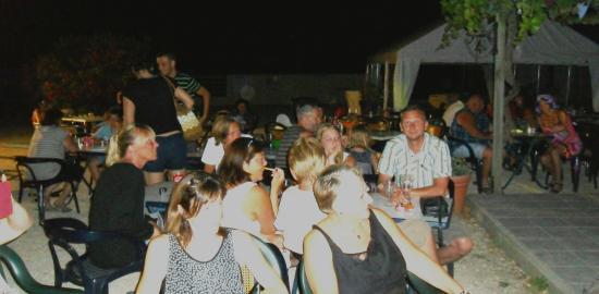 Saint-Remeze, Francia: ambiance repas dansant du jeudi