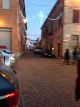 Montelparo, İtalya: Via Roma at night taken from Piazza Marconi