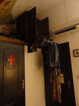Cava d'Oro Hotel: O incrivel guarda roupa suspenso