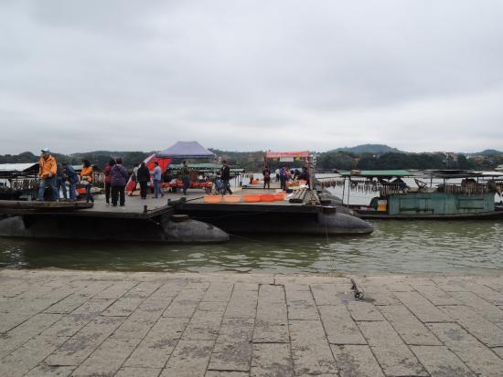 Old Pontoon : boat people and pontoon