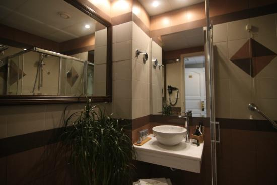 Achillion Hotel: Bathroom