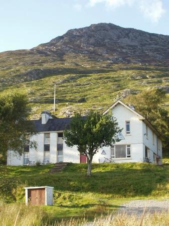 Ben Lettery Connemara Hostel: Hostel at the base of Ben Lettery Mountain