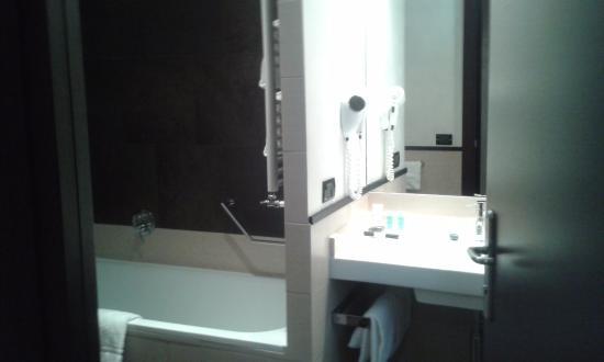 Hotel Re di Roma: bath and basin