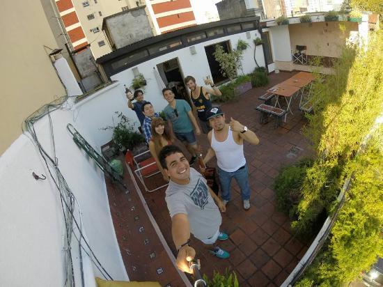 Garden House Hostel: Compartiendo una fresca con la gente del hostel