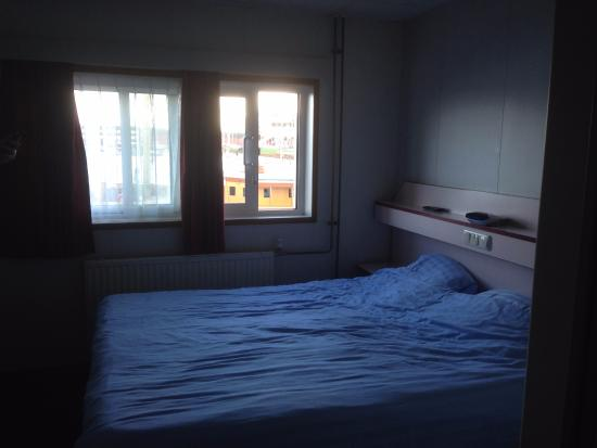 Amstel Botel: Bed and window