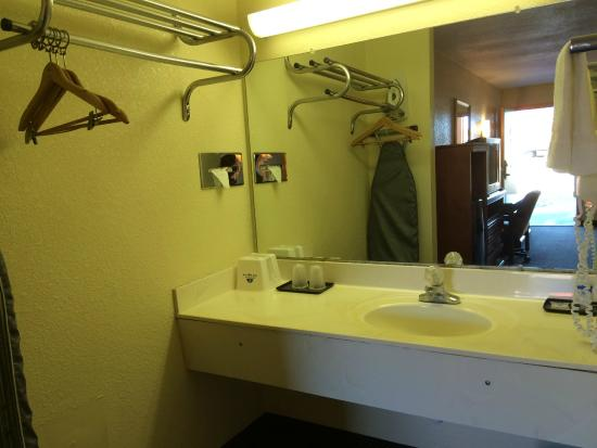 Americas Best Value Inn Forrest City: Spacious Vanity