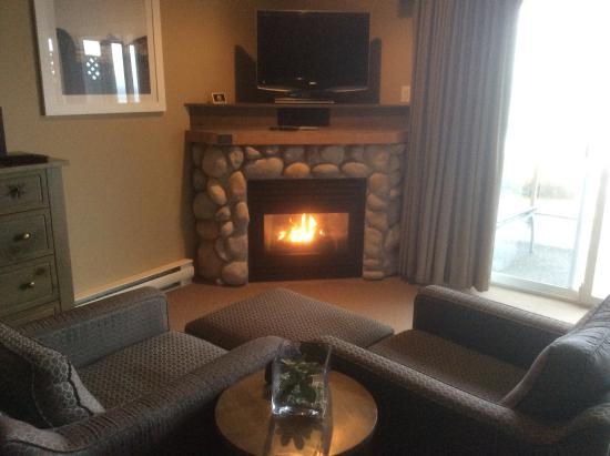 Kingfisher Oceanside Resort and Spa: Fireplace